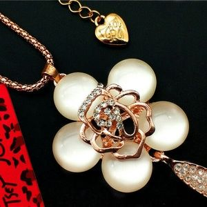 5/$25 Betsey Johnson Crystal Opal Flower Necklace